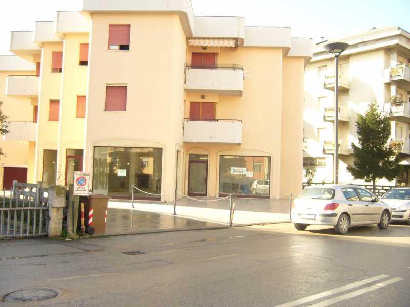 locale commerciale in affitto ad alba adriatica via mazzini foto2-72847684